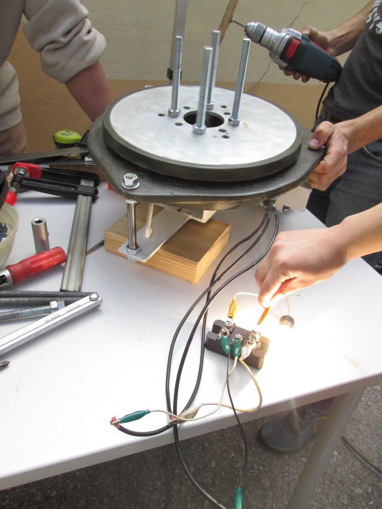 Windrad JBZ Wr. Neustadt: Generator wird mithilfe einer Glühbirne getestet