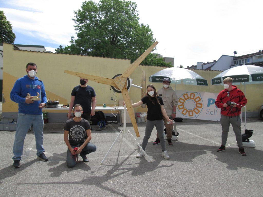 Windrad JBZ Wr. Neustadt: TeilnehmerInnen und Jonatahn Schreiber präsentieren das fertige Windrad